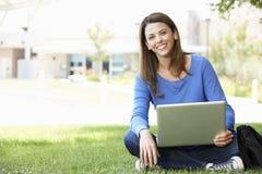 Donna che per mezzo del computer portatile all'aperto Fotografia Stock Libera da Diritti