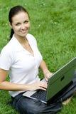 Donna che per mezzo del computer portatile all'aperto Fotografie Stock