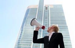 Donna che per mezzo del megafono Immagini Stock Libere da Diritti
