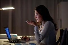 Donna che per mezzo del registratore di comando di voce sullo smartphone immagine stock libera da diritti