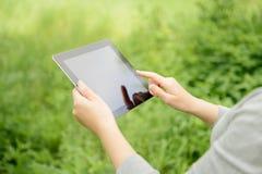 Donna che per mezzo del ridurre in pani digitale del Apple Ipad Fotografia Stock Libera da Diritti