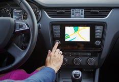 Donna che per mezzo del sistema di navigazione mentre conducendo un'automobile Fotografie Stock Libere da Diritti