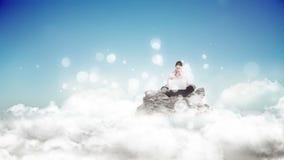 Donna che per mezzo del suo computer portatile circondato da effetto bianco delle bolle stock footage