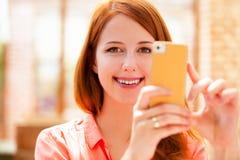 Donna che per mezzo del telefono cellulare Immagini Stock