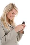 Donna che per mezzo del telefono delle cellule Fotografia Stock Libera da Diritti