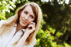 Donna che per mezzo del telefono mobile Immagini Stock Libere da Diritti