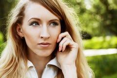 Donna che per mezzo del telefono mobile Immagini Stock
