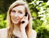 Donna che per mezzo del telefono mobile Immagine Stock Libera da Diritti
