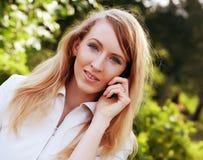 Donna che per mezzo del telefono mobile Fotografia Stock
