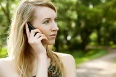 Donna che per mezzo del telefono mobile Fotografie Stock