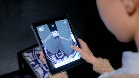 Donna che per mezzo della compressa digitale con il app di realt? aumentato architettura archivi video