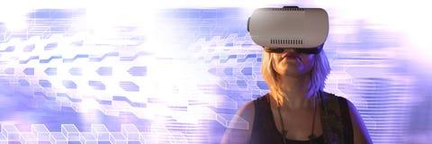 Donna che per mezzo della cuffia avricolare di realtà virtuale con le transizioni geometriche fotografia stock libera da diritti
