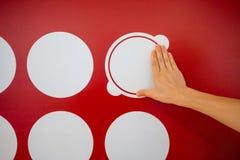Donna che per mezzo delle mani con il grafico del punto sulla parete rossa Informazioni gr di affari fotografie stock libere da diritti