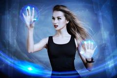Donna che per mezzo dello schermo virtuale Fotografia Stock Libera da Diritti