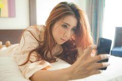 Donna che per mezzo dello Smart Phone Fotografia Stock