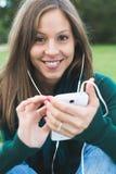 Donna che per mezzo dello Smart Phone Fotografie Stock
