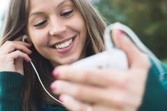 Donna che per mezzo dello Smart Phone Immagini Stock