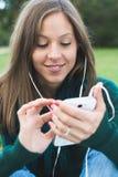 Donna che per mezzo dello Smart Phone Immagine Stock