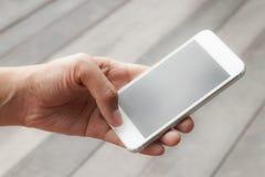 Donna che per mezzo dello Smart Phone mobile Immagini Stock Libere da Diritti