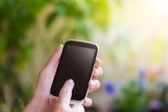 Donna che per mezzo dello Smart Phone mobile Immagini Stock