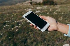 Donna che per mezzo dello Smart Phone mobile all'aperto immagine stock