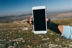 Donna che per mezzo dello Smart Phone mobile all'aperto fotografia stock libera da diritti