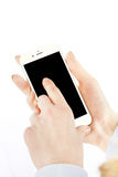 Donna che per mezzo dello Smart Phone su fondo bianco immagine stock