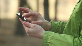 Donna che per mezzo dello smartphone, chiacchierante