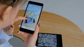 Donna che per mezzo dello smartphone con il app aumentato architettonico di realtà archivi video