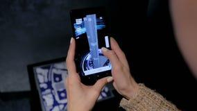 Donna che per mezzo dello smartphone con il app di realt? aumentato architettura video d archivio