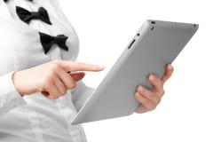 Donna che per mezzo di un calcolatore del ridurre in pani Fotografie Stock Libere da Diritti