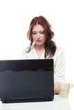 Donna che per mezzo di un computer portatile Fotografia Stock Libera da Diritti