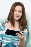 Donna che per mezzo di un pc della compressa Immagini Stock