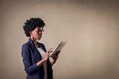 Donna che per mezzo di un ridurre in pani Fotografia Stock Libera da Diritti