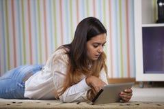 Donna che per mezzo di un ridurre in pani digitale Immagini Stock
