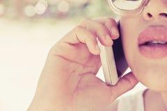 Donna che per mezzo di un telefono astuto Fotografie Stock Libere da Diritti