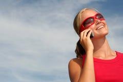 Donna che per mezzo di un telefono mobile