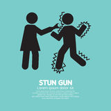 Donna che per mezzo di una pistola di stordimento con un uomo Fotografie Stock