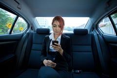 Donna che per mezzo di uno Smart Phone Immagini Stock Libere da Diritti
