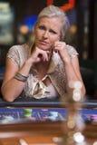 Donna che perde alla tabella delle roulette Immagine Stock