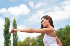 Donna che perfora ad all'aperto soleggiato di allenamento Fotografia Stock