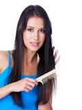 Donna che pettina capelli lunghi fotografia stock