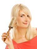 Donna che pettina i suoi capelli Fotografie Stock