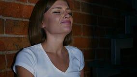Donna che piange e che ritiene frustrata alla notte, strappi in occhi Fotografie Stock Libere da Diritti