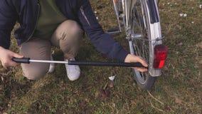 Donna che pompa la gomma della bicicletta archivi video