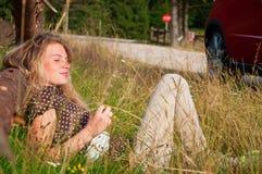 Donna che pone sull'erba Immagini Stock Libere da Diritti