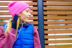 Donna che porta abiti sportivi caldi che si rilassano dopo l'esercitazione Immagini Stock