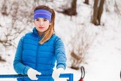 Donna che porta abiti sportivi caldi che si rilassano dopo l'esercitazione Fotografia Stock
