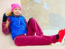 Donna che porta abiti sportivi caldi che si rilassano dopo l'esercitazione Immagine Stock