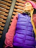 Donna che porta abiti sportivi caldi che si rilassano dopo l'esercitazione Fotografie Stock